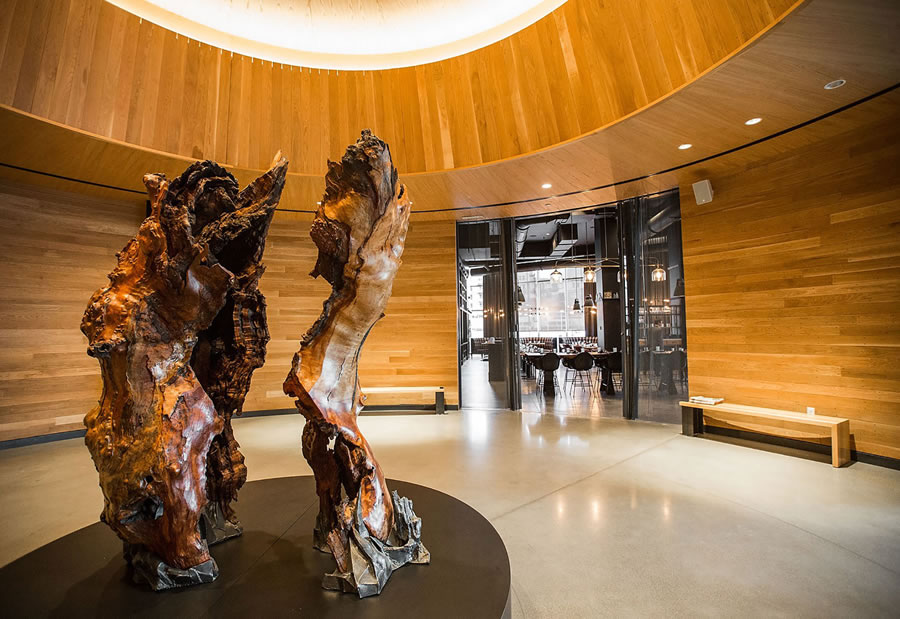 Entrance dining room Hotel Denver with a wooden statue