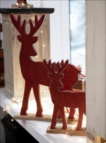 renos de madera en cuero rojo