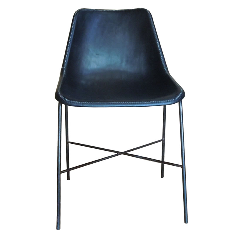 Imagen frontal de la Silla Girón Ybu, base hierro y asiento forrado en cuero negro