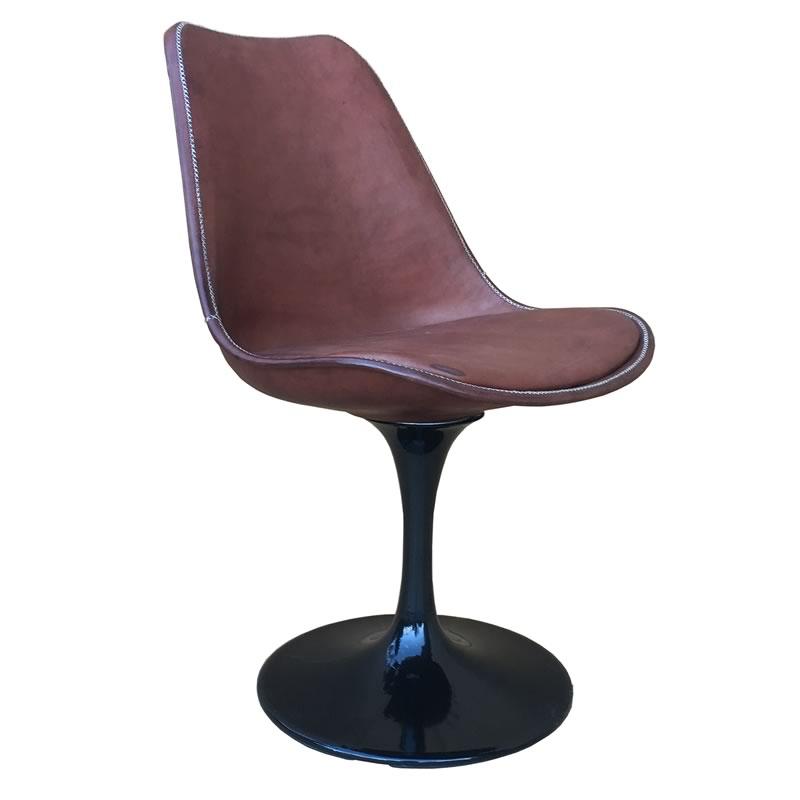 Imagen silhoueteada de la silla Revolving de Sol&Luna, una silla con amplia asiento en cuerro marrón y una base en color negro