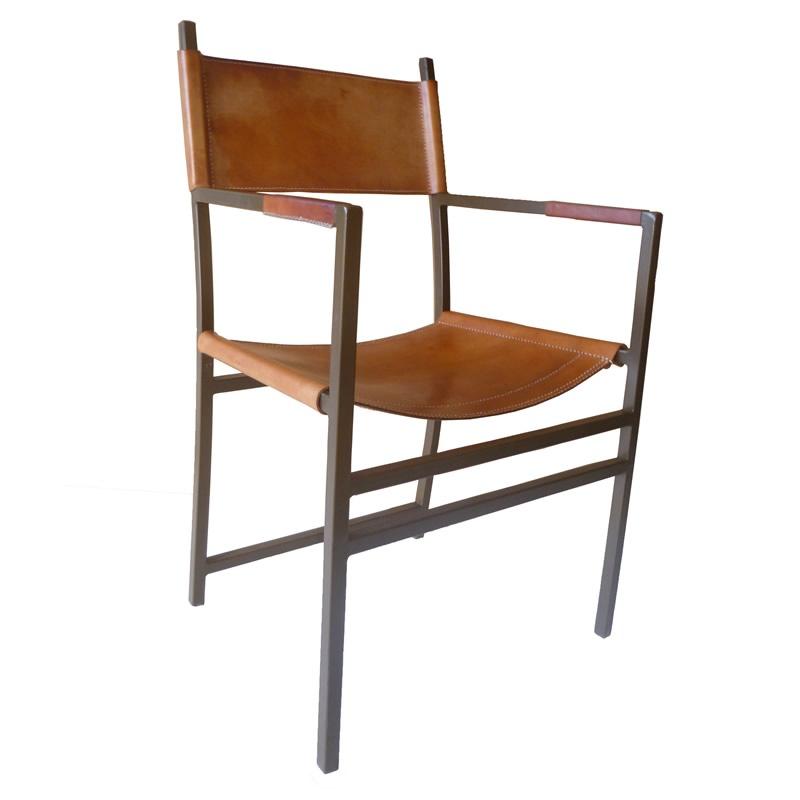 Imagen del sillón SOL, silhoueteado con una estructura de metal y el asiente y el respaldo de cuero color natural,