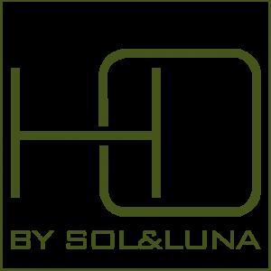 Logo de HO by Sol&Luna, un cuadrado con las letras HO en grande, representacion por Home in Order y debajo esta escrtito en verde: by Sol&Luna