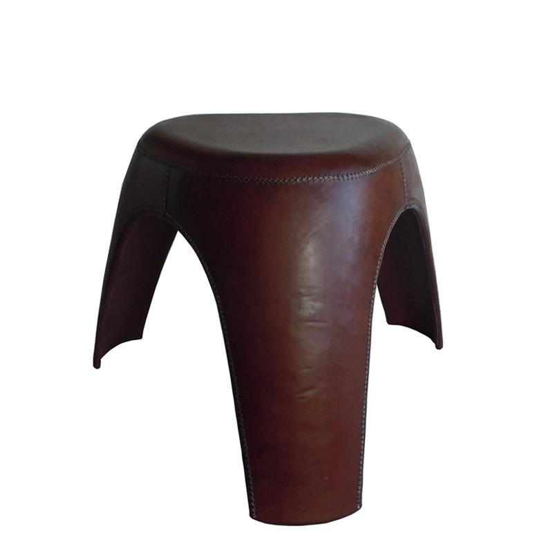 Imagen silhoueteado del taburete Niño, un taburete con tres patas forrado completo en cuero marrón de Sol&Luna